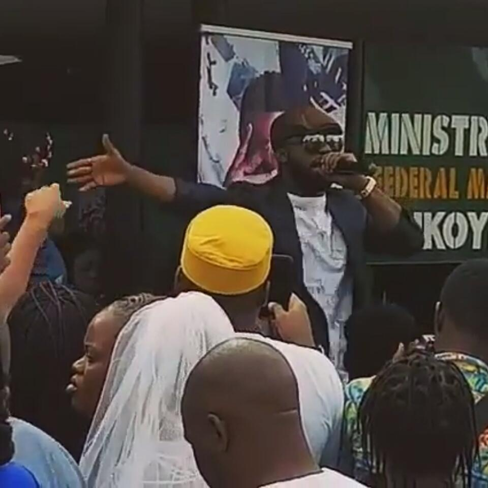 Iyanya Decided To Perform For All Couples Getting Married At Ikoyi Registry