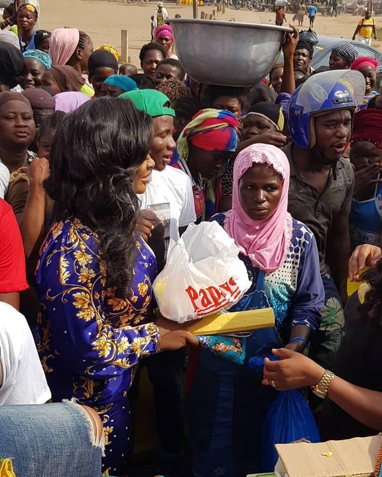Jackie Appiah Donates To Agbogbloshie Market Women (4)