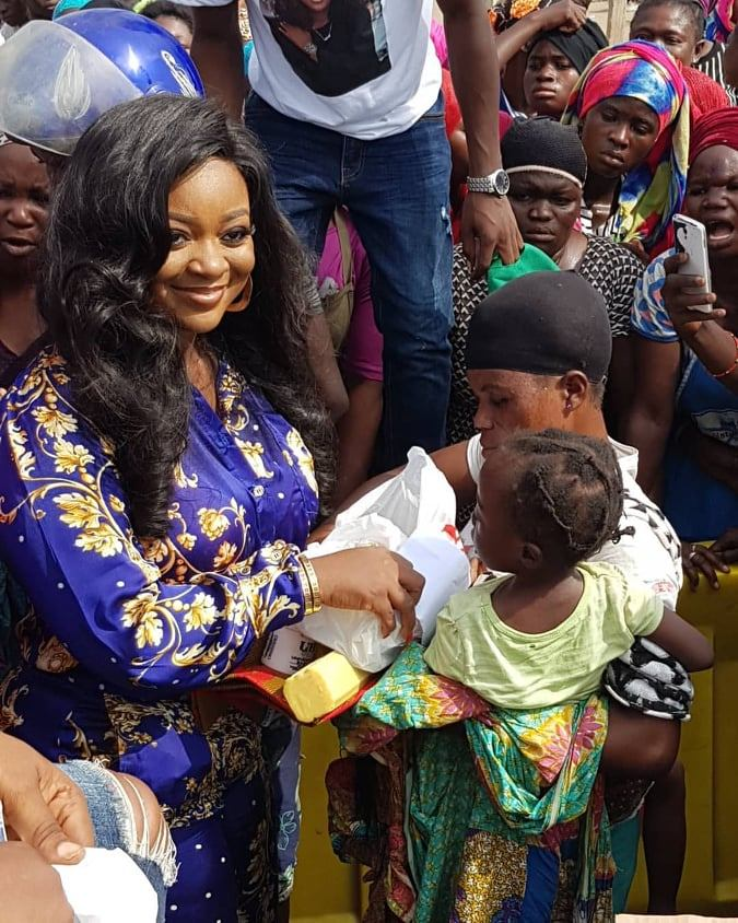 Jackie Appiah Donates To Agbogbloshie Market Women (3)