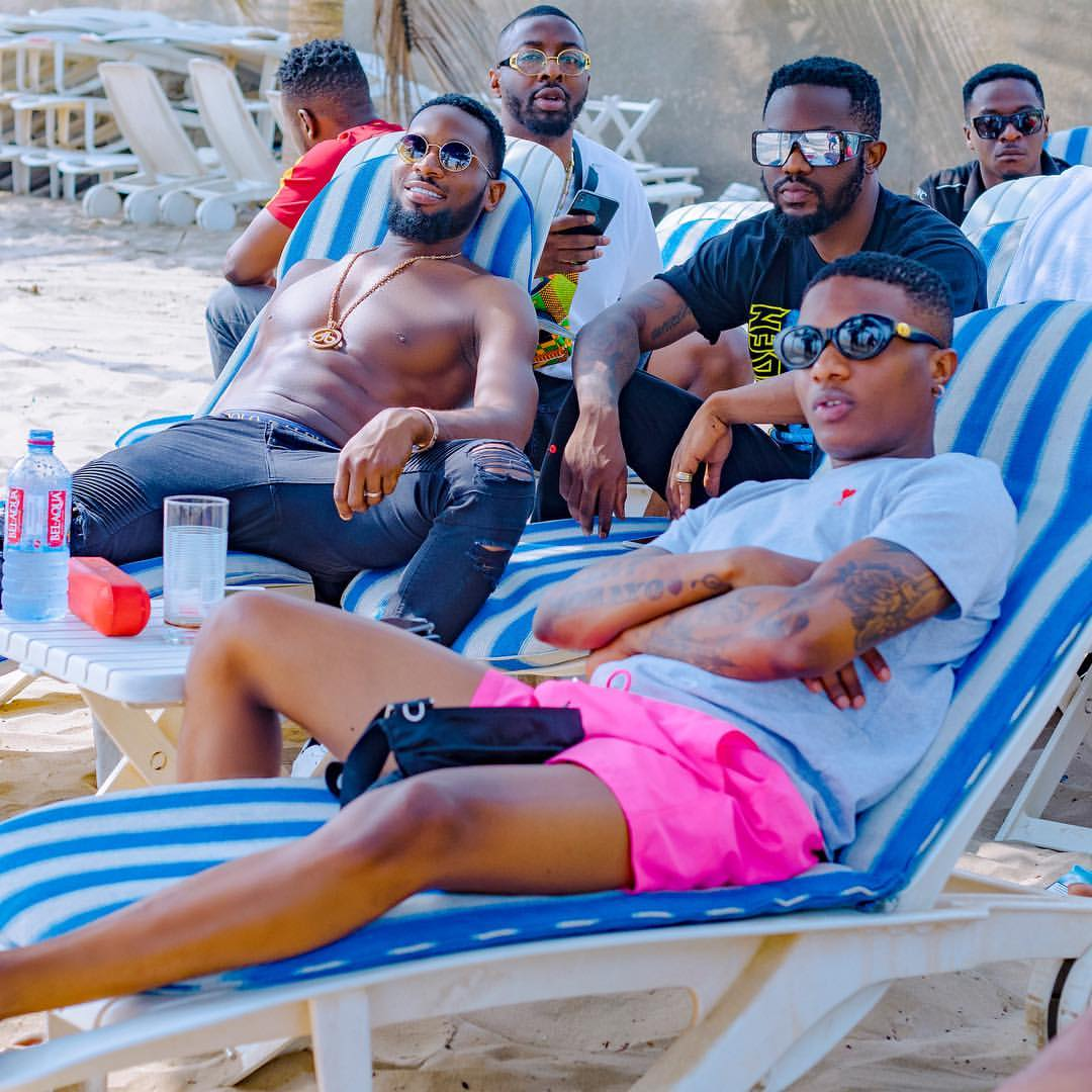 Shirtless D'Banj Chilling With Wizkid In Ghana (2)