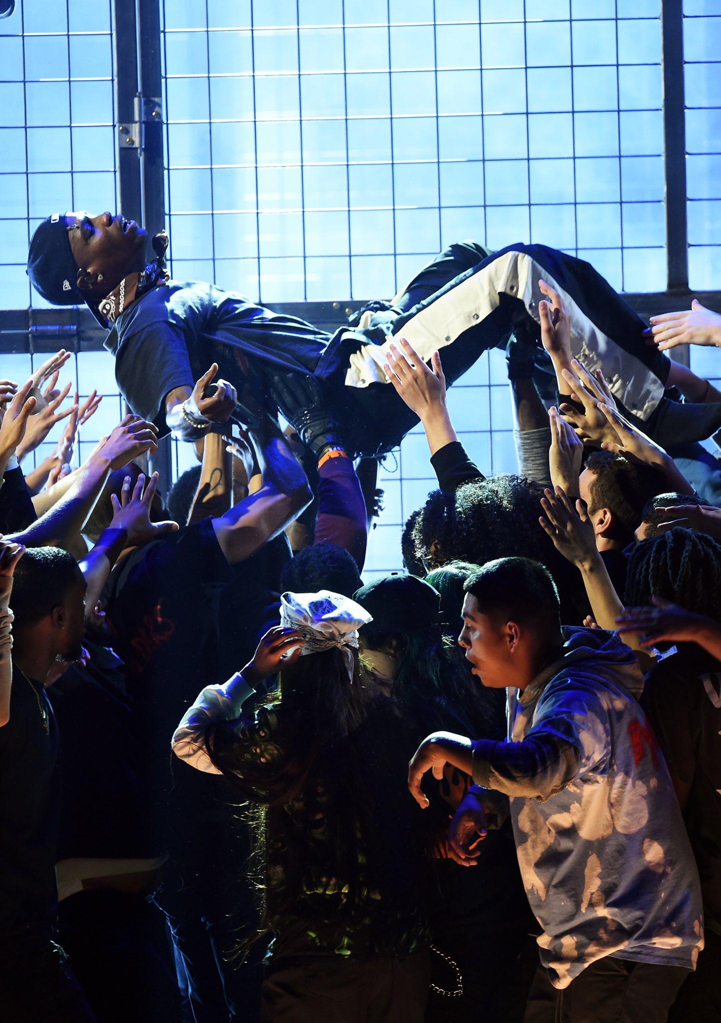 Travis Scott Dives In 'Astroworld' Medley Performance 2019 Grammy Awards (3)