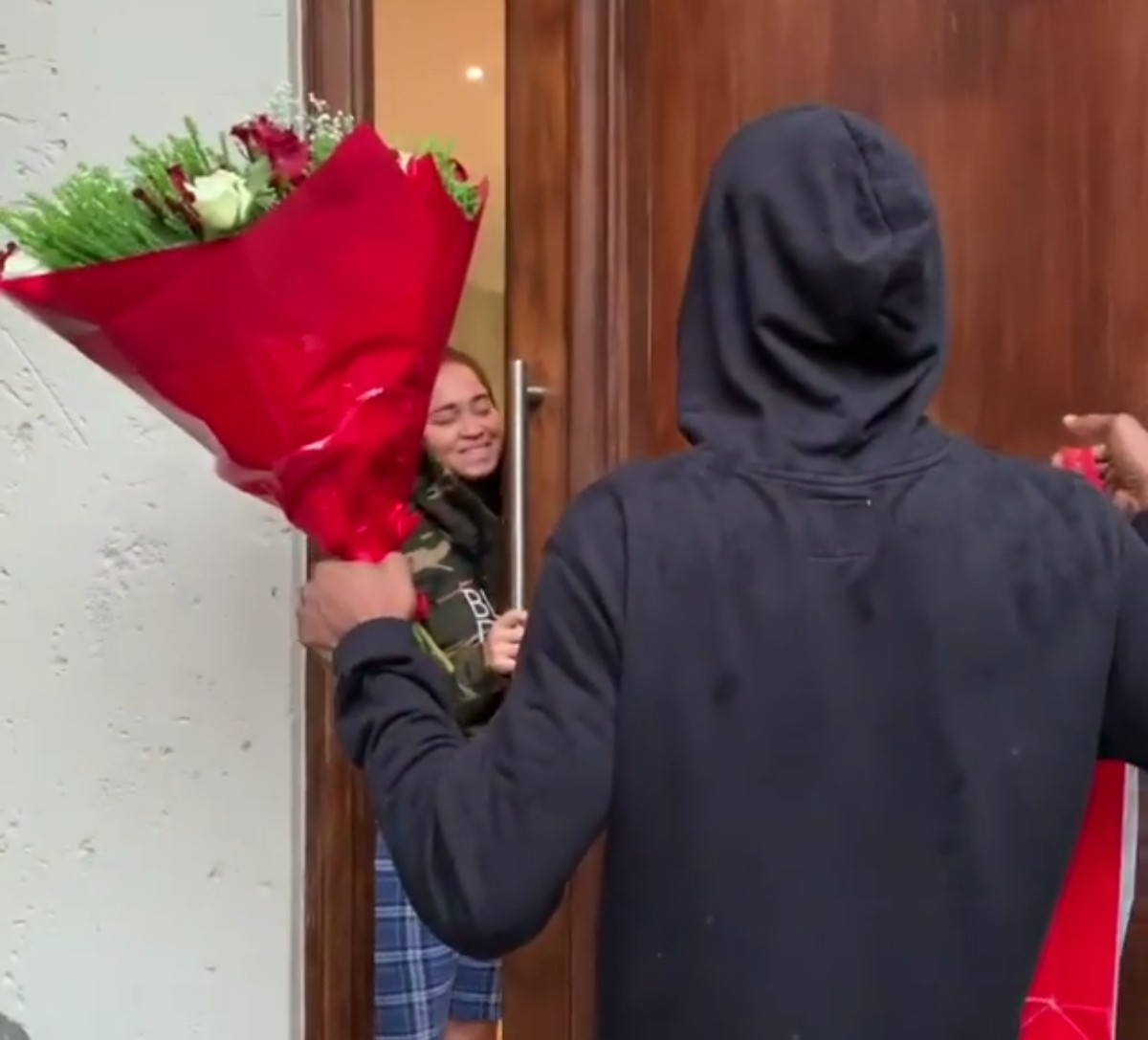 D'banj Surprises Wife Lineo Didi Kilgrow With Gifts On Valentine's Day (2)
