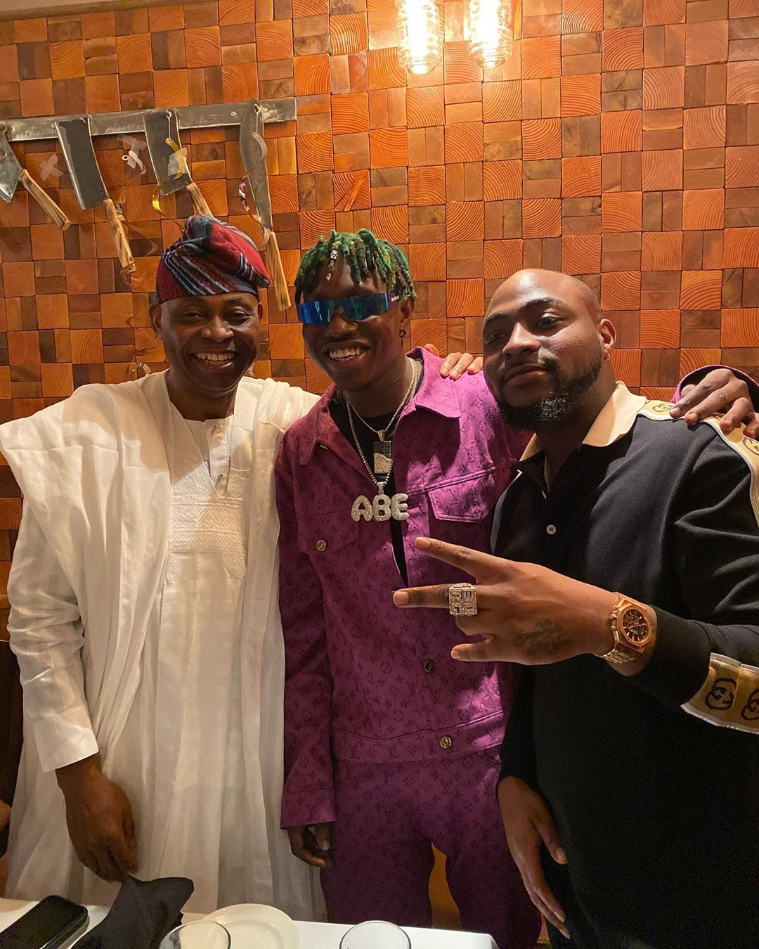 Zlatan Ibile Poses With Davido And His Father (2)