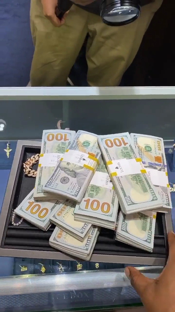 Davido Spends $100K Cash At Ice Box Buying Diamond Rings And Chains (4)